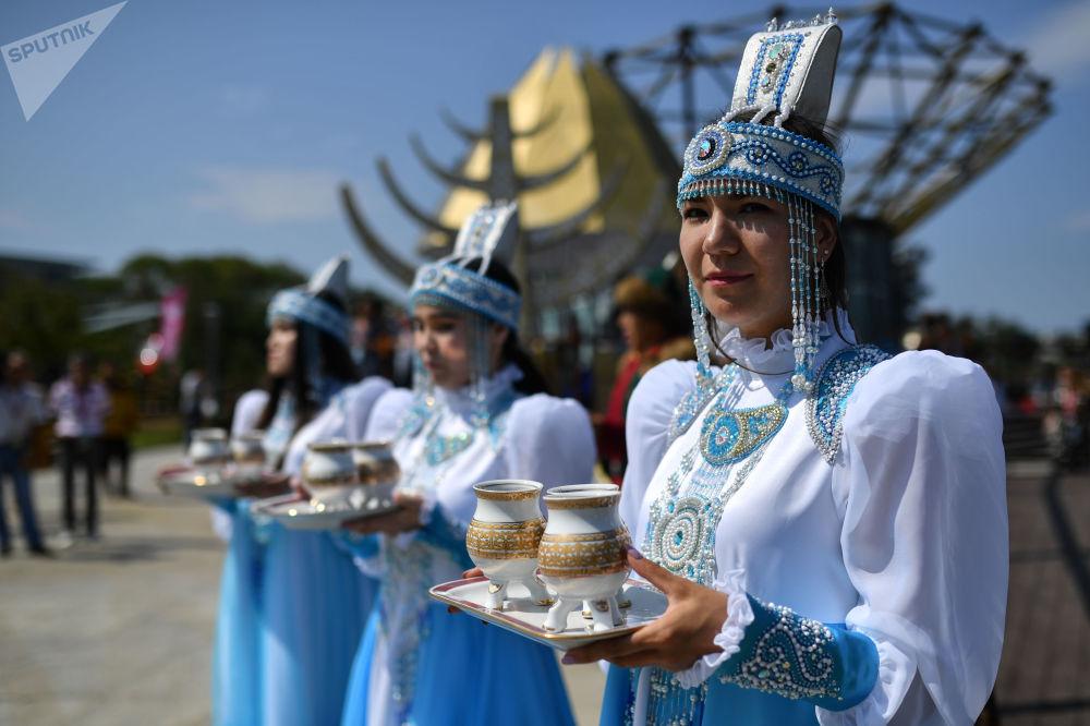 第五届东方经济论坛远东街头展览上身穿雅库特民族服饰的女孩。