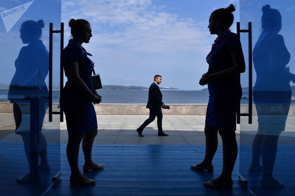 在阿亚克斯海湾旁举行的第五届东方经济论坛远东街头展览的开幕式