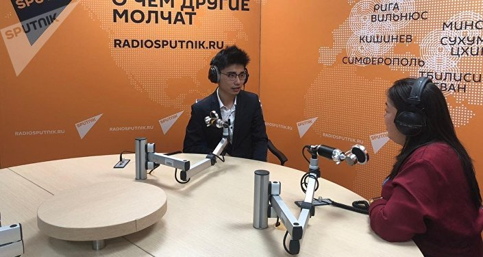 王鲁平在卫星通讯社广播室接受采访