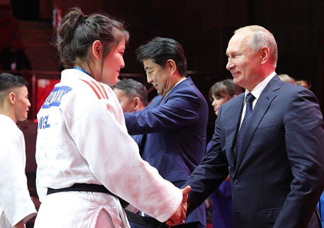 俄印日蒙四国领导人出席柔道比赛