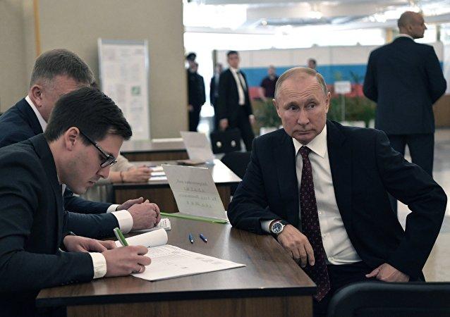 普京给他本人不认识的候选人投票