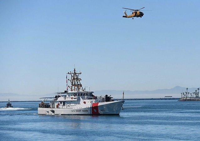 美国海岸警卫队在太平洋扣押一艘载有5吨毒品的船只