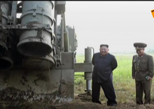 金正恩亲临超大型齐射火箭炮试射现场