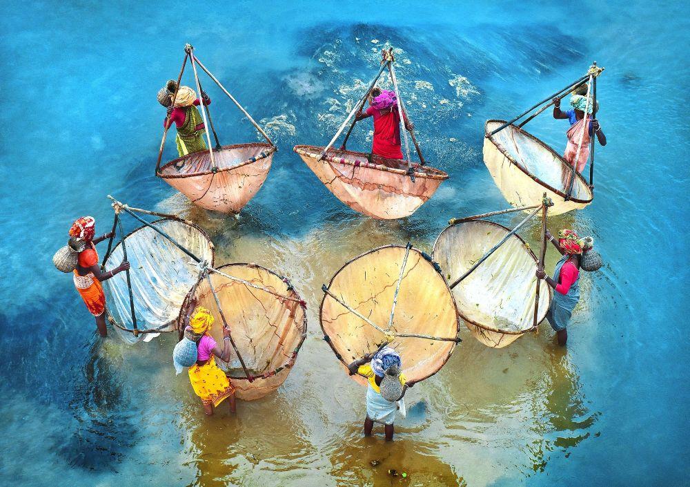 西孟加拉邦省的捕鱼女子。作者:Pranab Basak(印度)。
