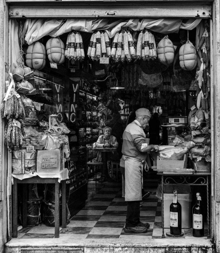 罗马出售莎乐美肠的人。作者:Paula Aranoa(阿根廷)。