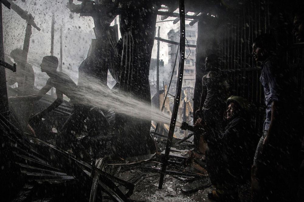 消防员。作者:Tanveer Rohan(孟加拉国)。