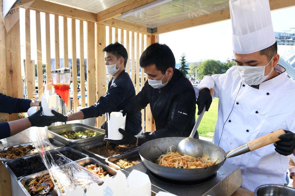 """厨师们正在为在莫斯科全俄展览中心举办的""""中国:伟大遗产和新时代""""中国文化节准备中国菜肴。"""