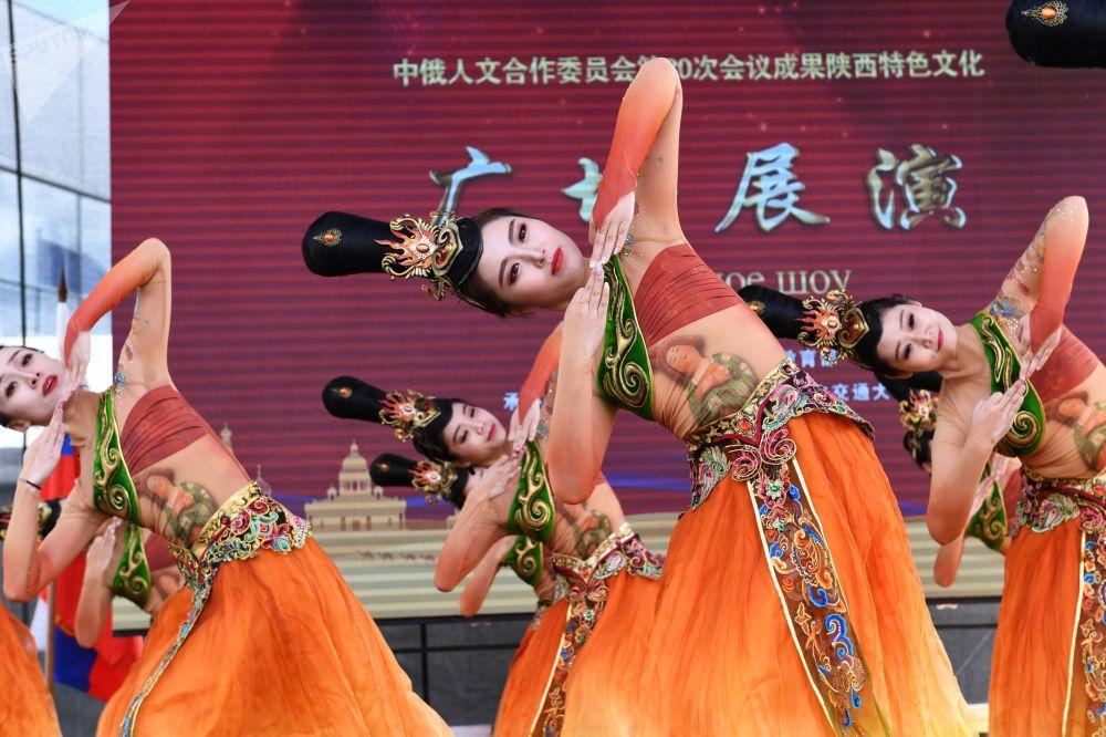 """中国创作团队在莫斯科全俄展览中心举办的""""中国:伟大遗产和新时代""""中国文化节上进行舞蹈表演。"""