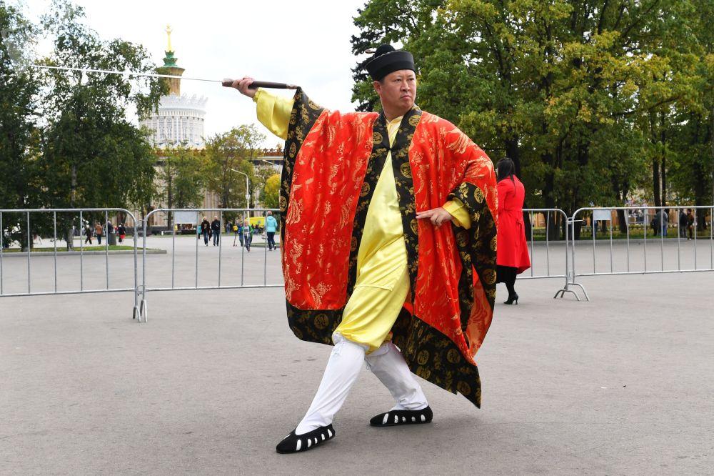 """莫斯科全俄展览中心举行的""""中国:伟大遗产和新时代""""中国文化节的演员。"""