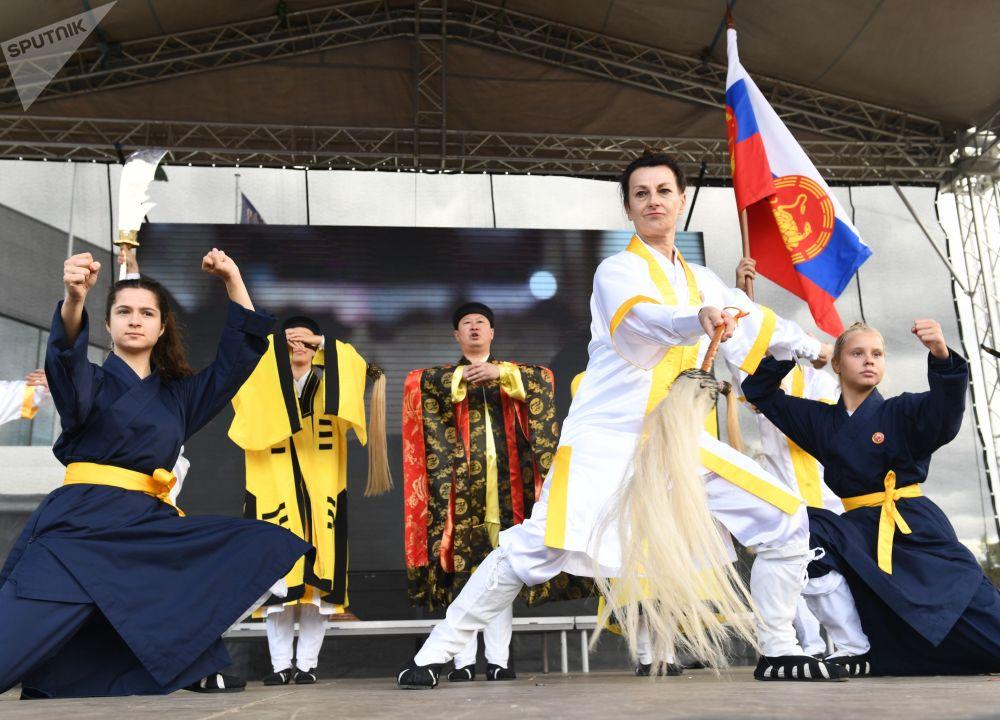 """莫斯科全俄展览中心举办的""""中国:伟大遗产和新时代""""中国文化节的表演。"""
