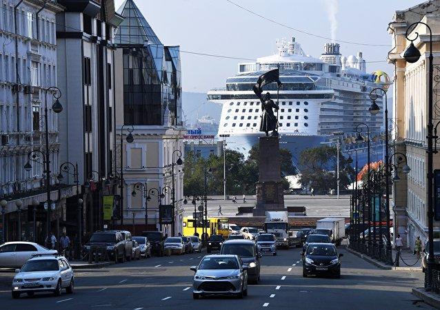 """""""海洋量子""""号巨轮载5000名中国游客停靠符拉迪沃斯托克"""