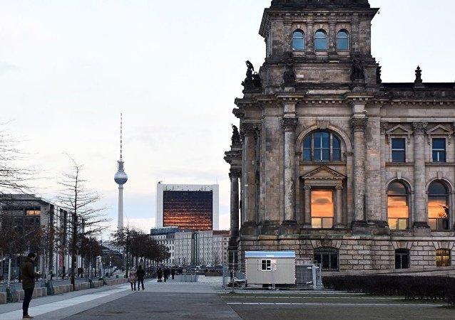 Историческое здание Рейхстага (Германский бундестаг) в центре Берлина и Берлинская телебашня.