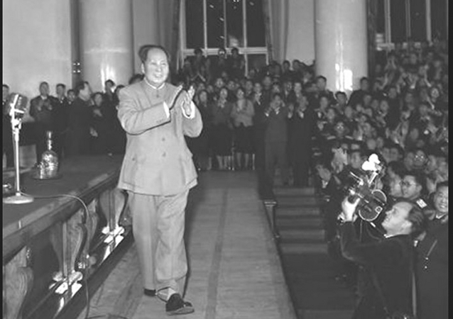 1957年11月,毛泽东在莫斯科大学大礼堂演讲前