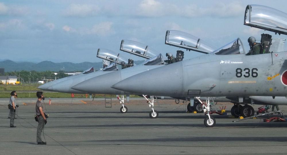 201-я тактическая истребительная авиационная эскадрилья ВВС Японии, готовящаяся к взлету на авиабазе Читозе, расположенной в Читосе в Японии