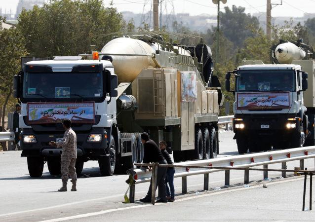 伊朗在阅兵时展示装有新弹头的霍拉姆沙赫尔导弹