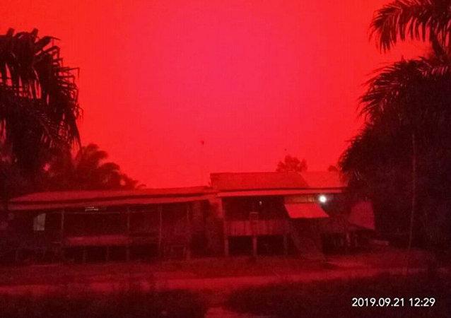 印尼的天空变成了血红色