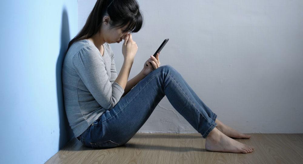 西安女子睡前关灯看手机突发眼中风 有这些用眼习惯要改了