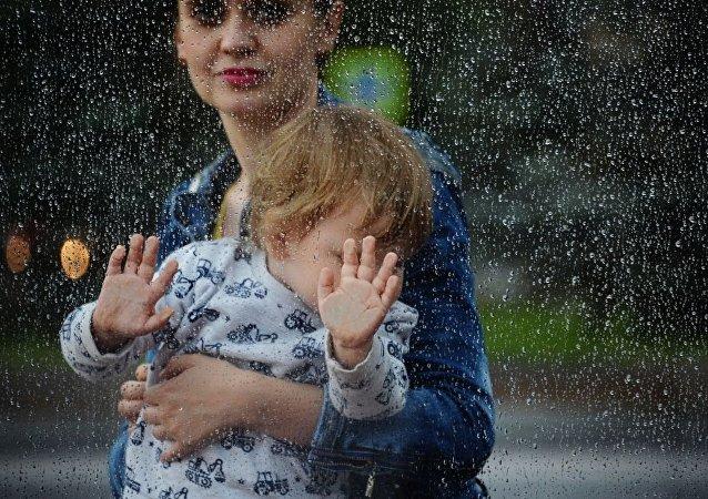 俄罗斯统计局:孩子尚小就工作的妈妈数量在增长