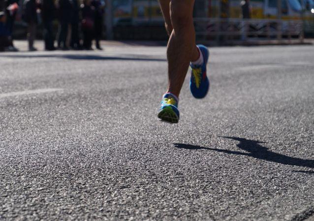 在家隔离法国人跑了7小时阳台马拉松