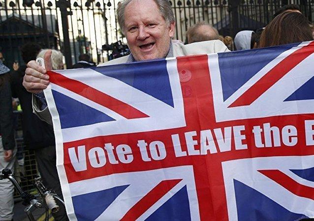 Участник акции с флагом Великобритании с призывом выйти из Евросоюза