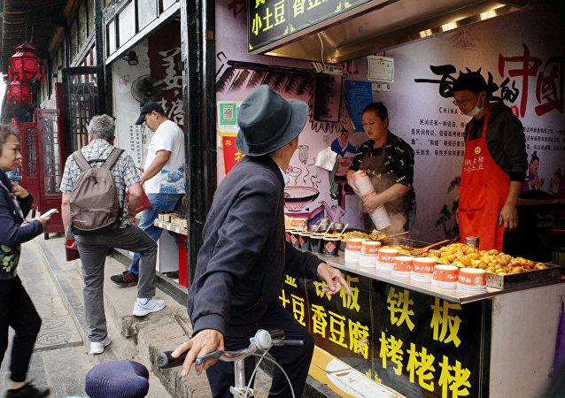 Продажа фаст-фуда на одной из улиц города Пинъяо.