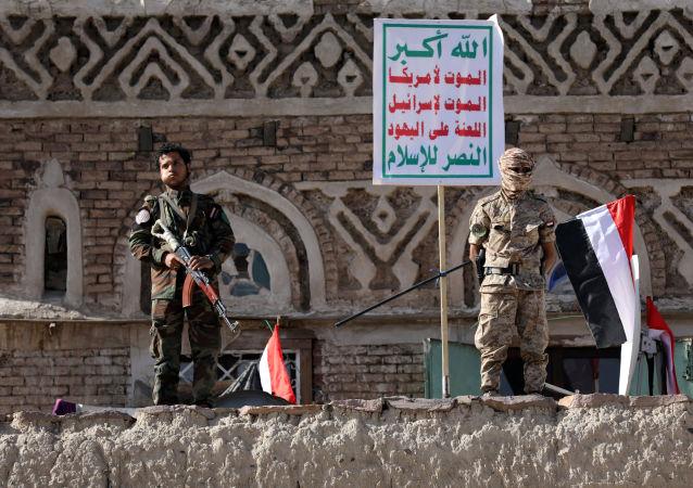 Вооруженные сторонники хуситов на митинге в честь 5-й годовщины захвата города Саны, Йемен