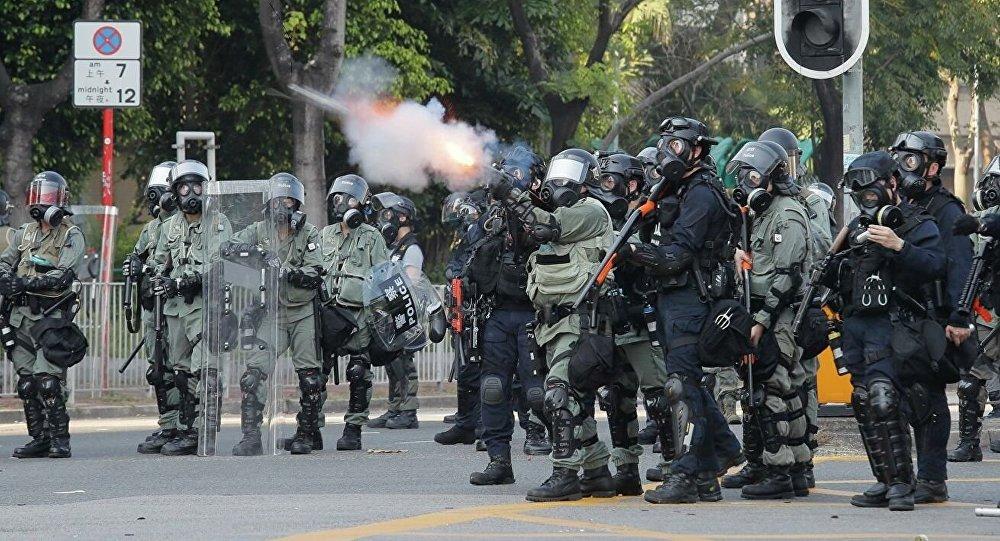 香港警方对示威者使用催泪瓦斯和胡椒喷雾