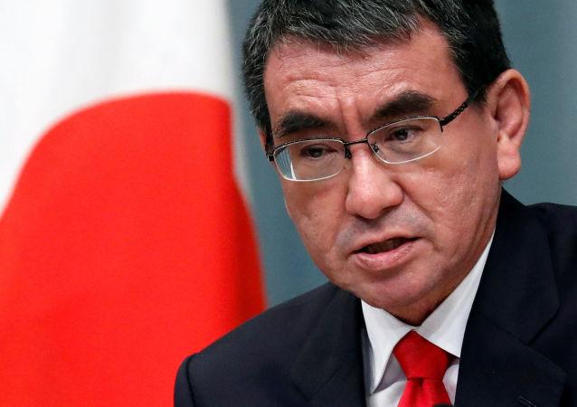 Министр обороны Японии Таро Коно на пресс-конференции в официальной резиденции премьер-министра Синдзо Абэ в Токио