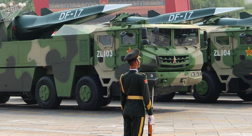 Баллистические ракеты средней дальности DF-17 на военном параде в Пекине