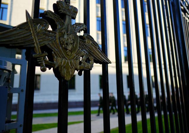 Герб на ограде здания министерства обороны России на Фрунзенской набережной в Москве