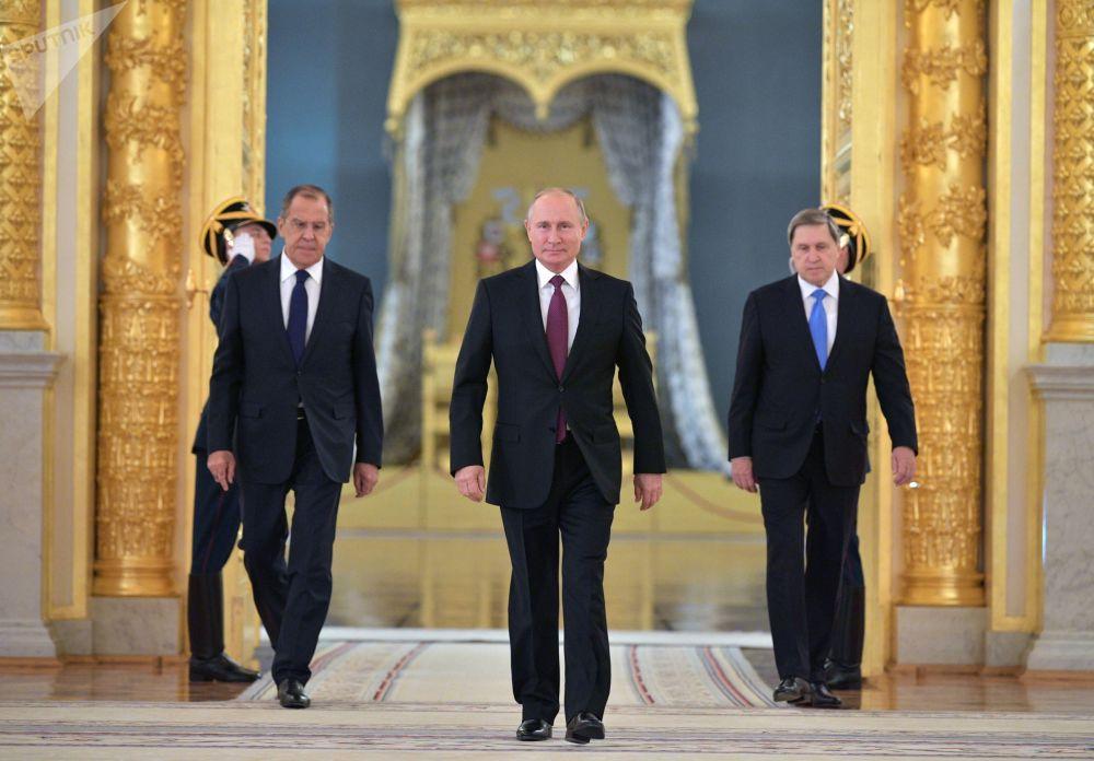 总统的俄罗斯总统普京在大克里姆林宫出席外国使节递交国书仪式。右边是俄罗斯总统助理尤里·乌沙科夫,左边是俄罗斯外交部长谢尔盖·拉夫罗夫。