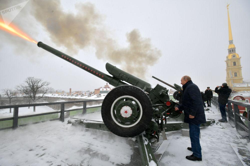 2019年1月7日,俄罗斯总统普京在彼得保罗要塞散步时开炮,大炮于每天中午12时准时开炮。