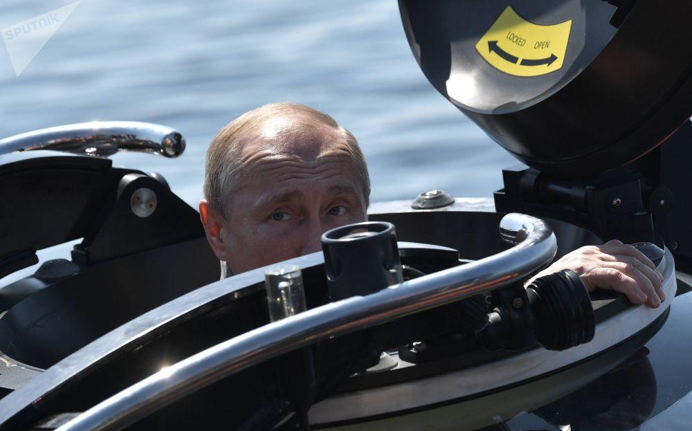 """2019年7月27日 俄罗斯总统普京乘坐深海潜水器,潜到芬兰湾海底查看苏联海军潜艇""""ShCh-308 Syomga""""遗骸前。"""