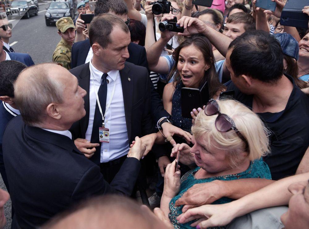 2019年7月28日,在圣彼得堡举行的俄罗斯海军节海上阅兵式结束后,俄罗斯总统,最高统帅弗拉基米尔·普京沿金钟堤散步时与市民们交流。