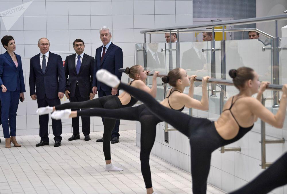 2019年3月27日,俄罗斯联邦总统普京在视察达维多娃花样游泳奥运中心。