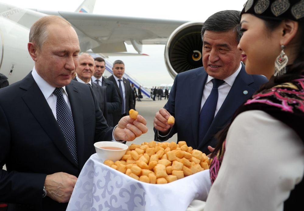 2019年3月28日,俄罗斯总统普京在比什凯克机场会晤中。右二为吉尔吉斯斯坦总统热恩别科夫。