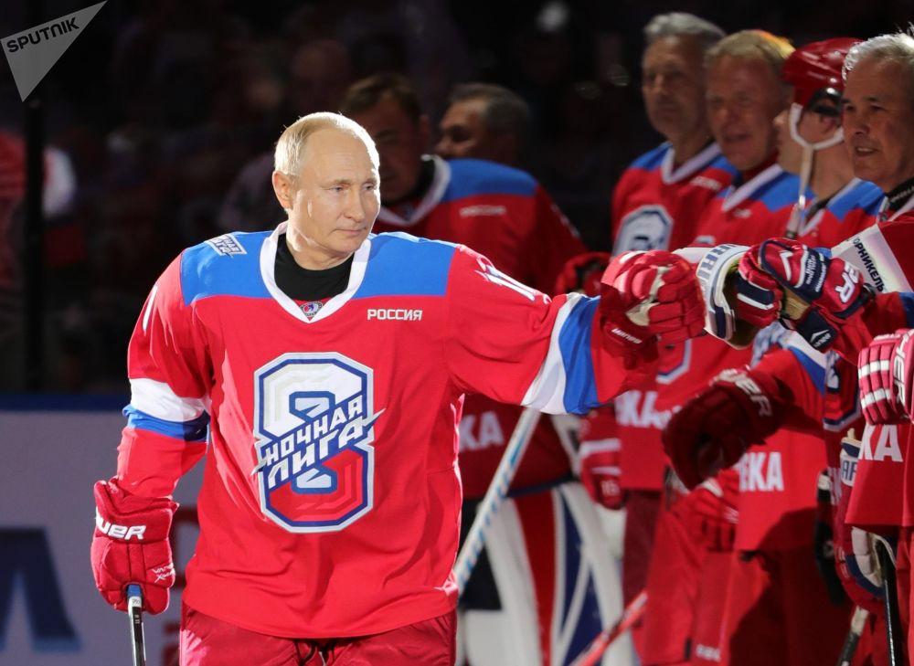 """在索契冰宫举行的夜间冰球联赛开始前,俄罗斯联邦总统普京欢迎欢迎""""传奇冰球队""""队员。"""