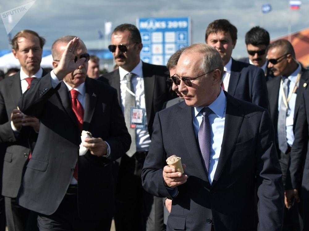 2019年8月27日,俄罗斯联邦总统普京和土耳其总统埃尔多安(左)在参观2019年国际航空航天展。