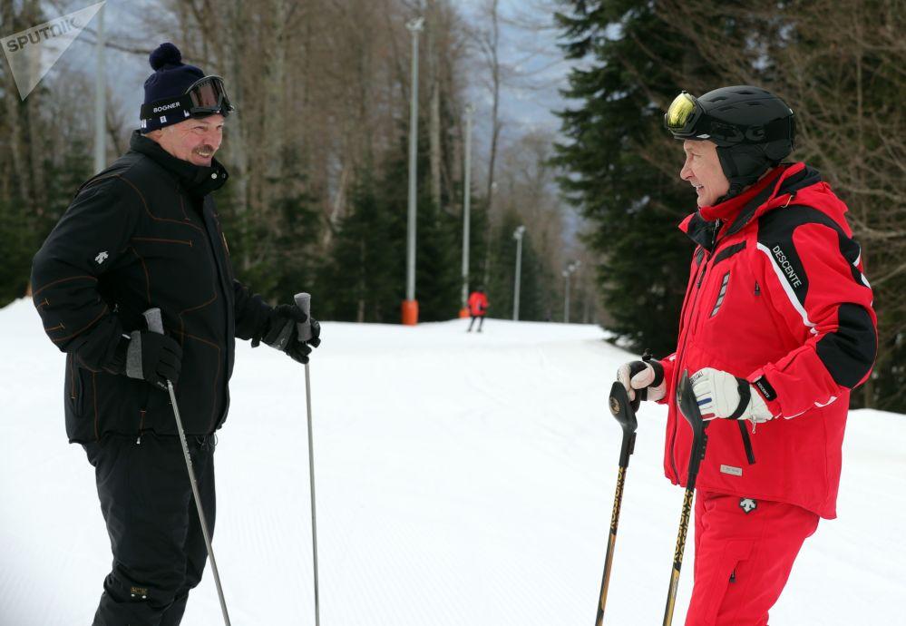 2019年2月13日,俄罗斯联邦总统普京和白俄罗斯总统卢卡申科(左)在滑雪。