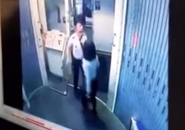 空姐和飞行员打架视频被拍到