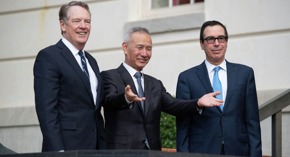 中国国务院副总理刘鹤(中)、美国贸易代表莱特希泽(左)和美国财政部长姆努钦
