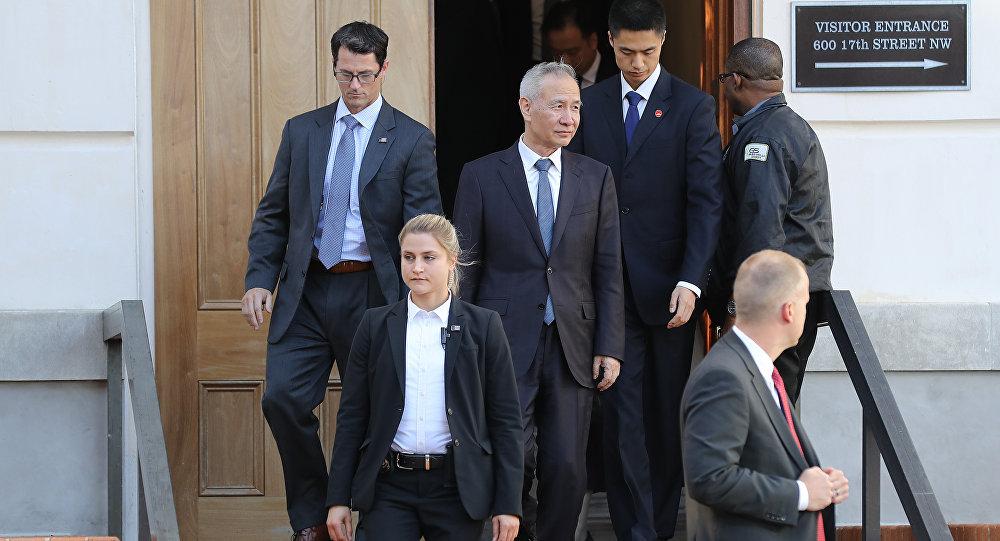 副总理刘鹤率中方代表在中美贸易谈判第二天会谈后离开美国贸易代表总部大楼