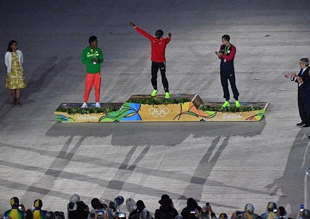 肯尼亚运动员埃鲁德·基普乔格(中)