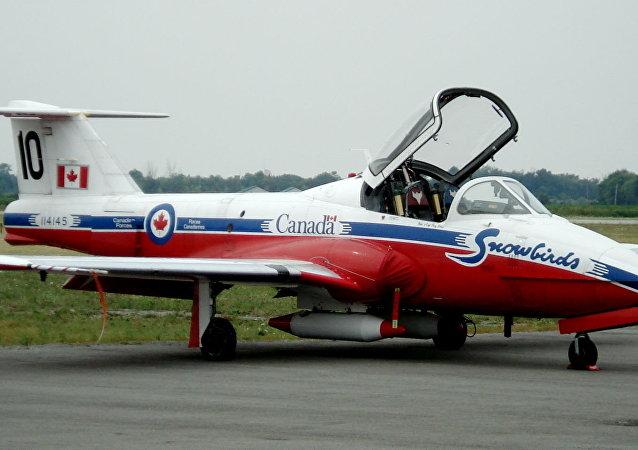 加拿大皇家空军雪鸟特技飞行队一架CT-144 Tutor飞机(资料图片)