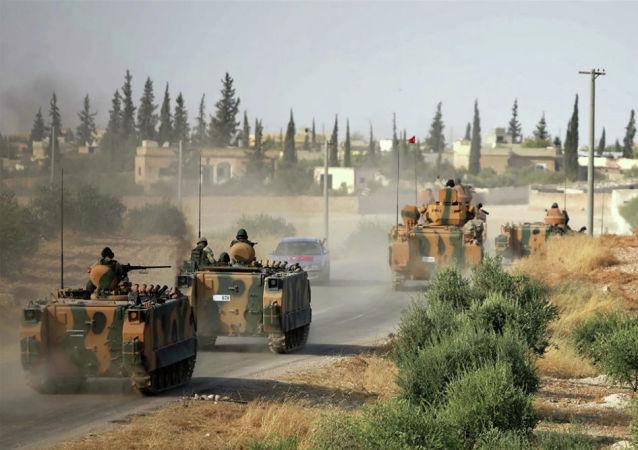 Военная техника армии Турции на окраине сирийского города Манбидж