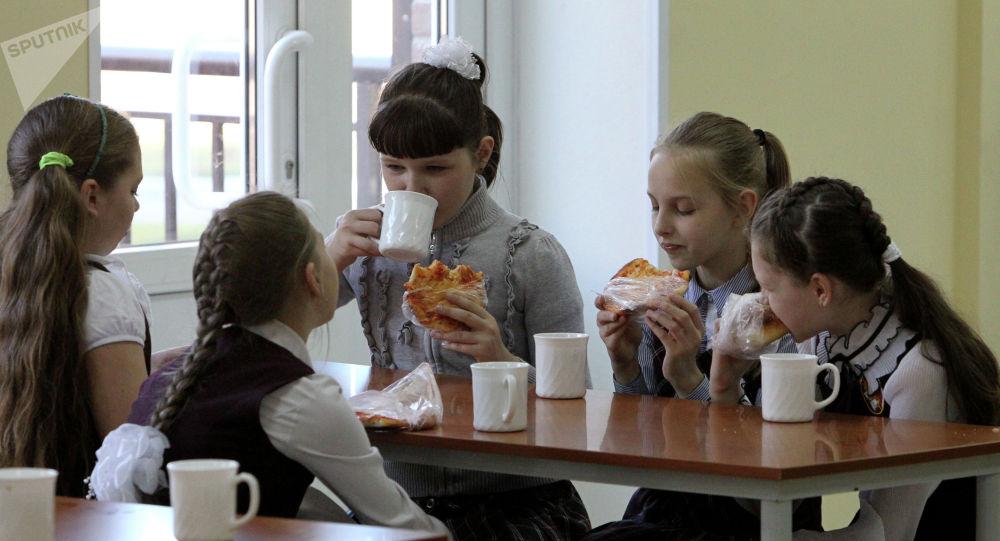 俄专家就中小学生学习和考试期间的饮食和睡眠问题给出建议