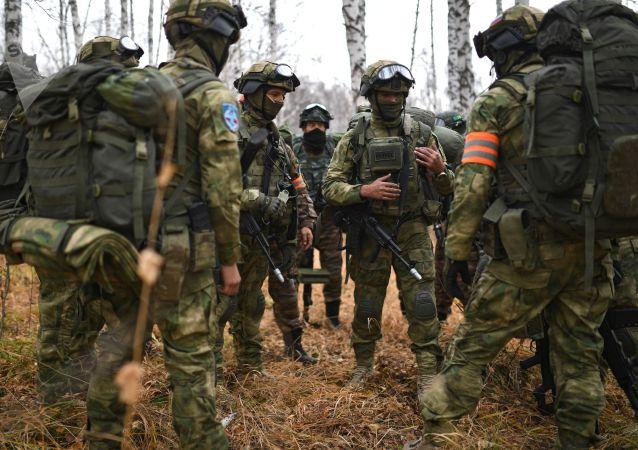 俄国家近卫军与中国武警部队摧毁假想恐怖分子营地