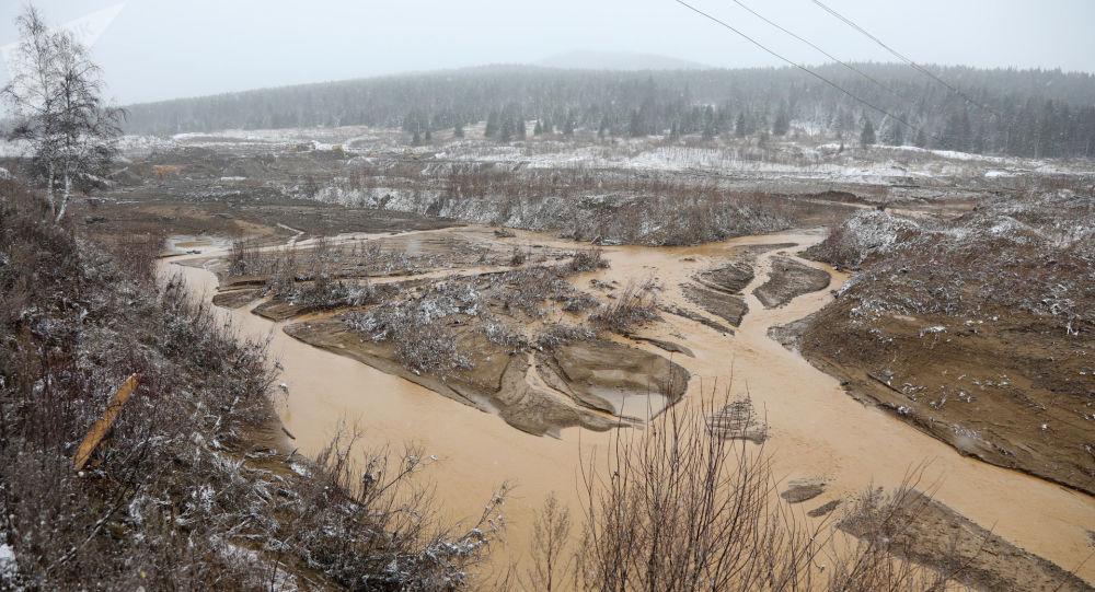 俄内务部:克拉斯诺亚尔斯克边疆区水坝决堤六名失踪者中一人生还