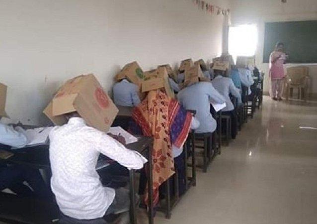 印度高校为防作弊让学生头戴纸箱参加考试