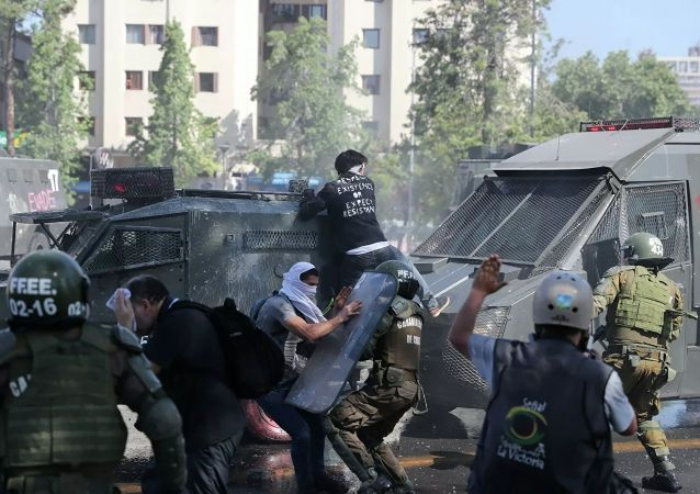 智利大规模抗议活动造成超过20名警察受伤